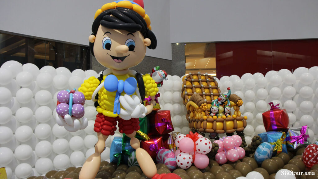 Pinocchio balloon sculpture wishing you a merry Christmas