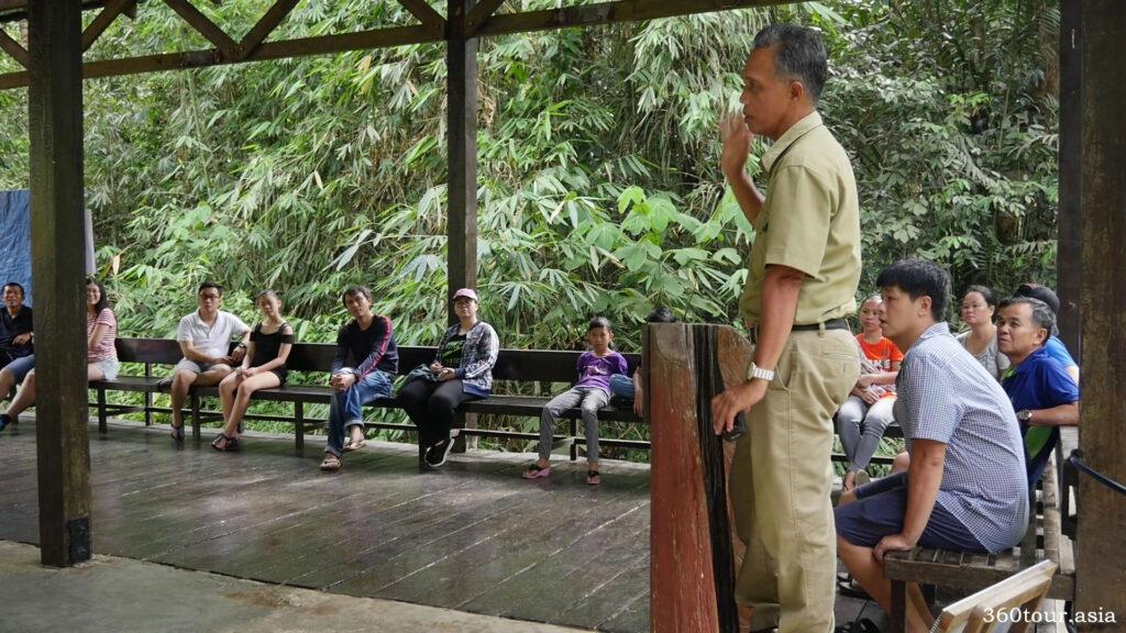 坐下來聽聽自然保護區負責人的所有指示