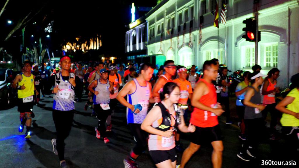 全程马拉松运动员开始了他们的旅程。