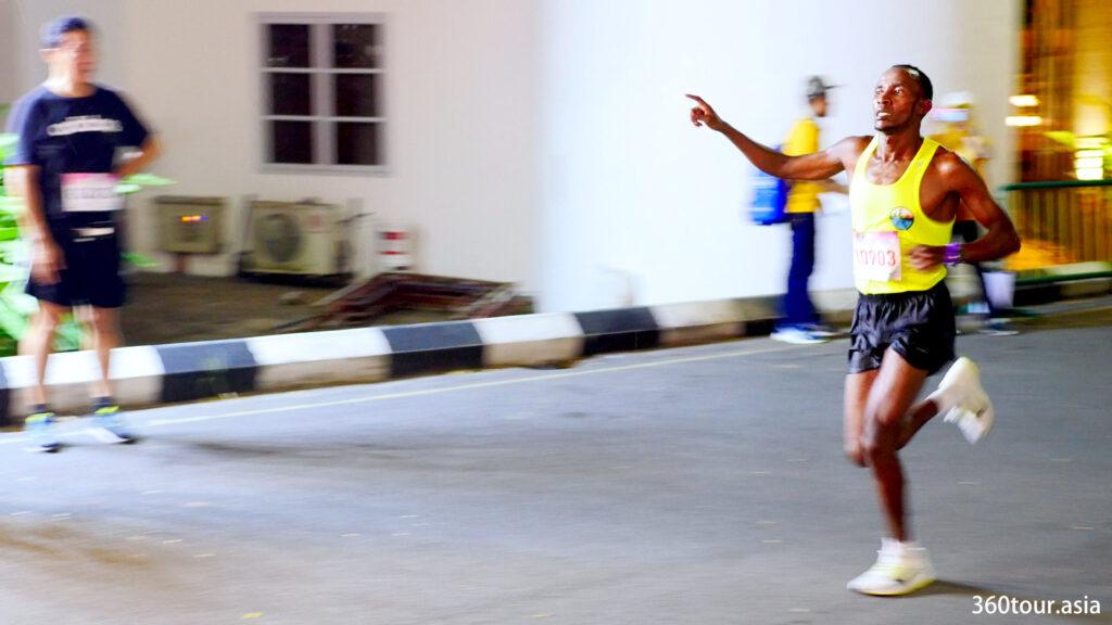 越来越多的全程马拉松选手越过终点线。