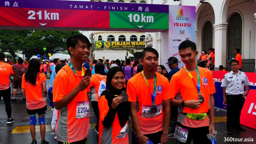 当朋友们一起完成竞跑时,这是一个快乐的时刻。