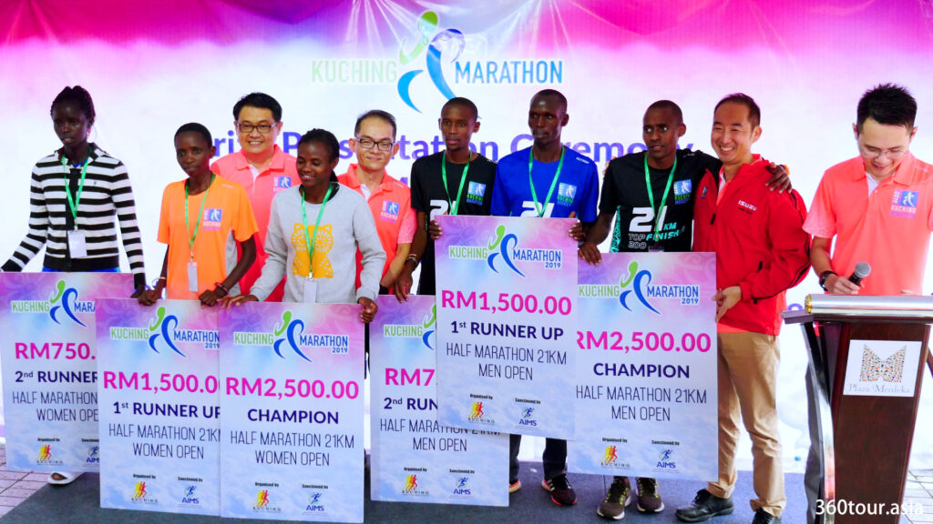 The group photos for the Half Marathon 21KM Men and Women Open.