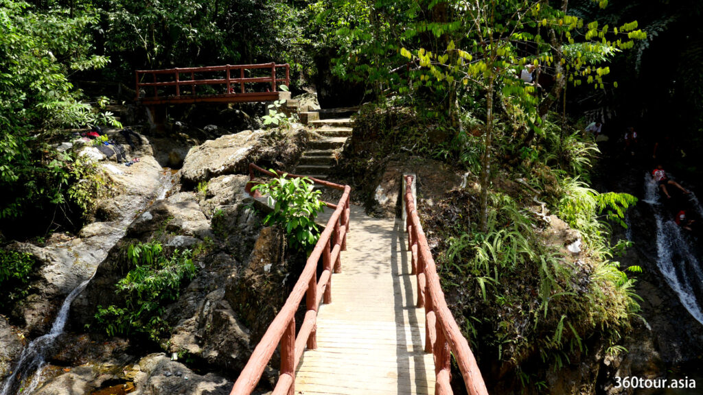 There is several bridges around the park that facilitate your ease of walk around the park.